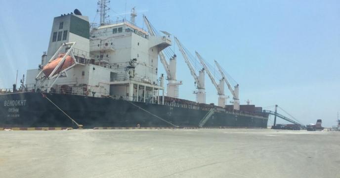 پهلو گیری کشتی بهدخت در اسکله عسلویه بوشهر به منظور حمل کود شیمیایی اوره به مقصد بندر امام