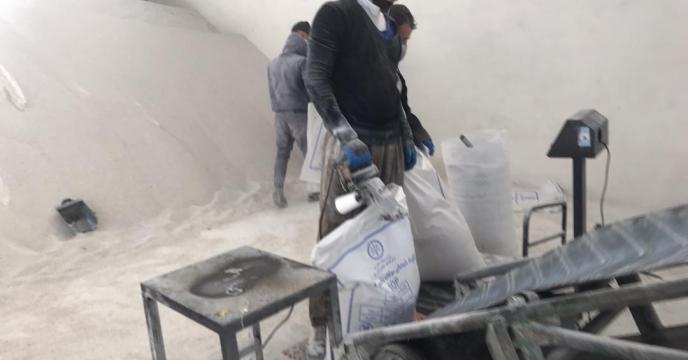 کیسه گیری مقدار 10 تن کود سولفات پتاسیم گرانوله فله در انبارکود استان آذربایجان غربی
