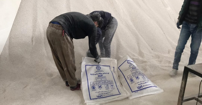 کیسه گیری مقدار 35 تن کود سولفات پتاسیم گرانوله فله در انبارکود استان آذربایجان غربی