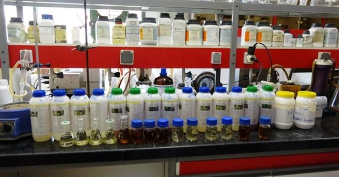 تحویل نمونه های سموم وارداتی  مالاتیون ، تاپیک و کاربندازیم  به آزمایشگاه کنترل کیفی سم