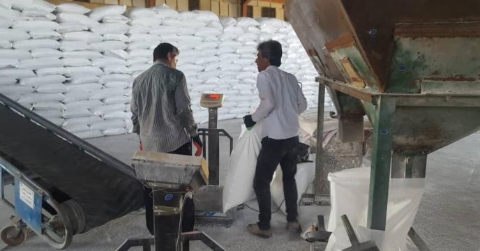 عملیات کیسه گیری کود های فله در استان قم