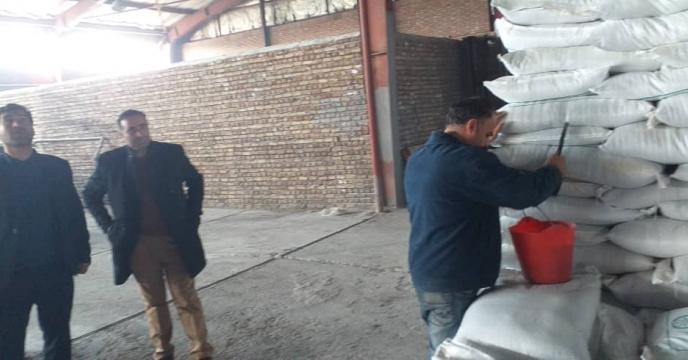 نمونه برداری از کود های شیمیایی سوپرفسفات تریپل ارسالی از بندر عباس در انبار سازمانی شرکت خدمات حمایتی کشاورزی استان آذربایجان شرقی