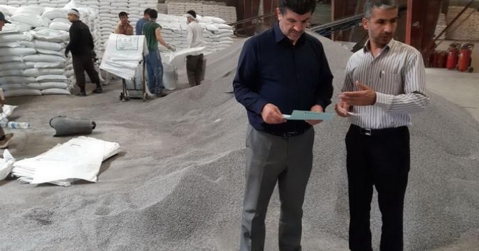 بازدید مدیر شرکت خدمات حمایتی کشاورزی استان گلستان از  روند تخلیه    و کیسه گیری کودفله در انبار سازمانی گرگان