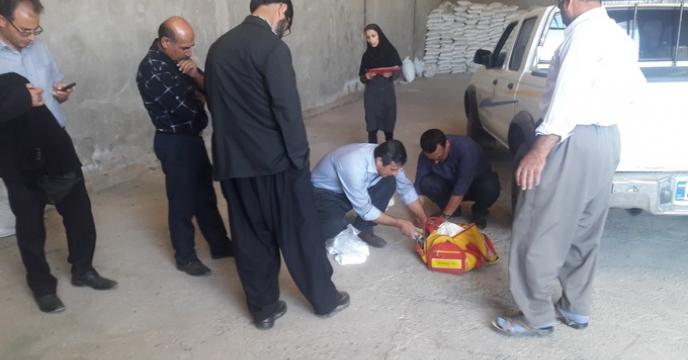پایش ونظارت و نمونه برداری از مواد کودی توسط اکیپ نظارتی در محل انبار کارگزاران و عوامل توزیع کود در سطح استان