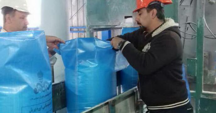 نمونه برداری از کود شیمیائی اوره در محل خط تولید پتروشیمی شیراز