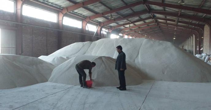 نمونه برداری از کودهای شیمیایی سولفات پتاسیم در انبار سازمانی شرکت خدمات حمایتی کشاورزی استان آذربایجان شرقی