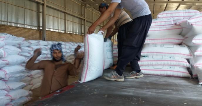 تخلیه کود در انبار مرکزی استان سمنان