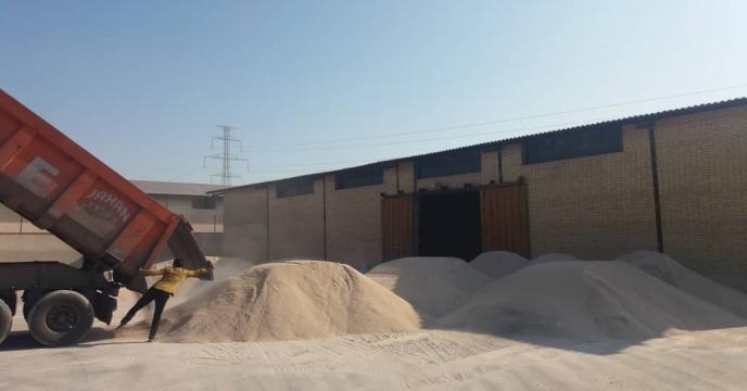 تخلیه و ذخیره سازی خاک فسفات از بندر شهید رجایی هرمزگان در انبار سازمانی شرکت( بنگاه توسعه سابق)