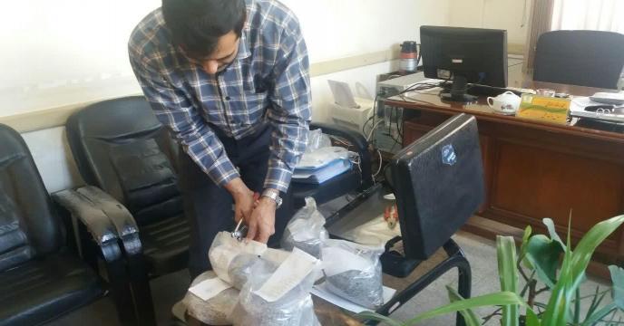 مونه برداری از کودهای سوپرفسفات تریپل ارسالی از بندر عباس به انبارهای کارگزاران استان مرکزی